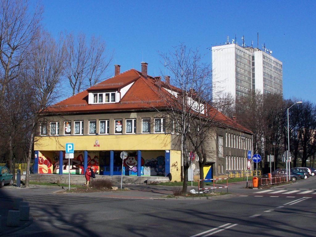 Przedszkole nr 6 przy ul. Uniwersyteckiej 15 w Katowicach. Źródło: Wikimedia.org